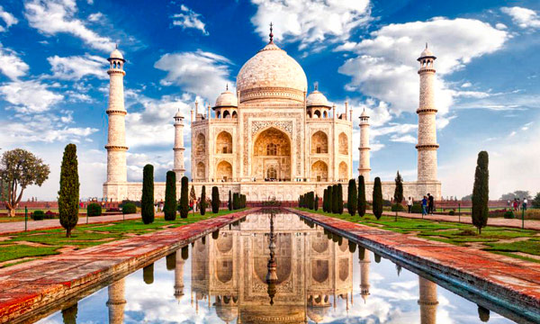 Q07. The Taj Mahal is located near which Indian city? Agra