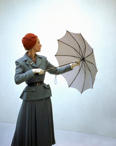 The beauty of the vintage umbrella offers a look that is both flattering and sincere. A fine and simple vintage style umbrella gives a sense of style to an outfit, adding elegance, confidence, femininity.