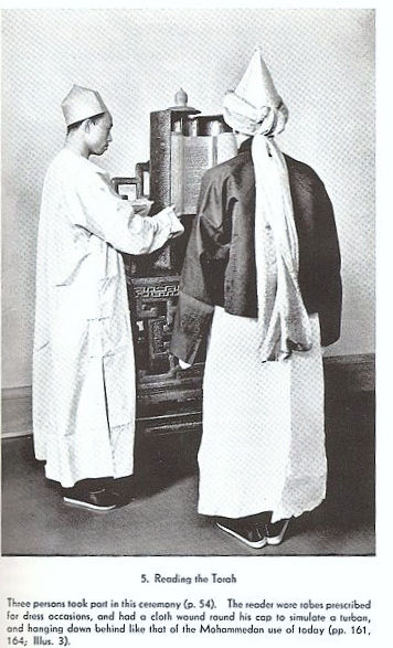 Assimilated Kaifeng Jews, circa 1900. Wikimedia Commons, Public Domain.