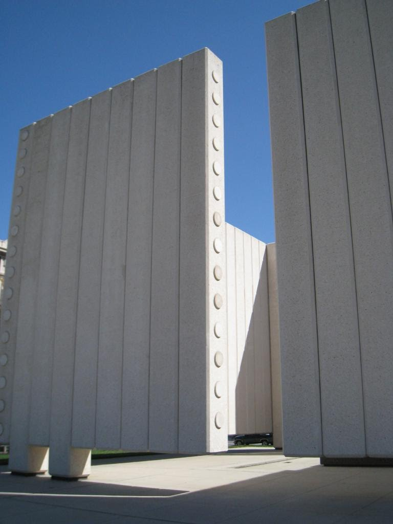 08Dallas_jfk_monument.JPG
