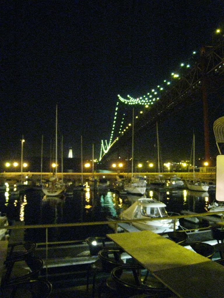 Ponte 25 de Abril bridge at night