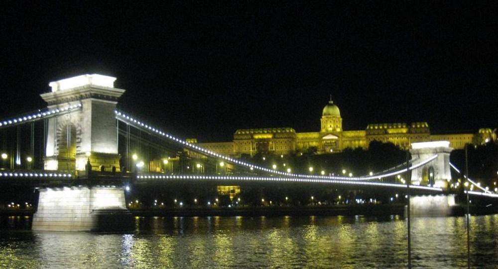 08Budapest_Castle_bridge_night.JPG