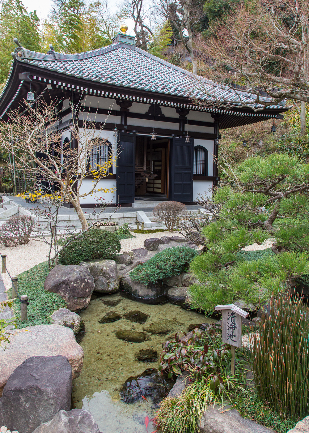 One of the small outbuildings at the Hasedera Temple