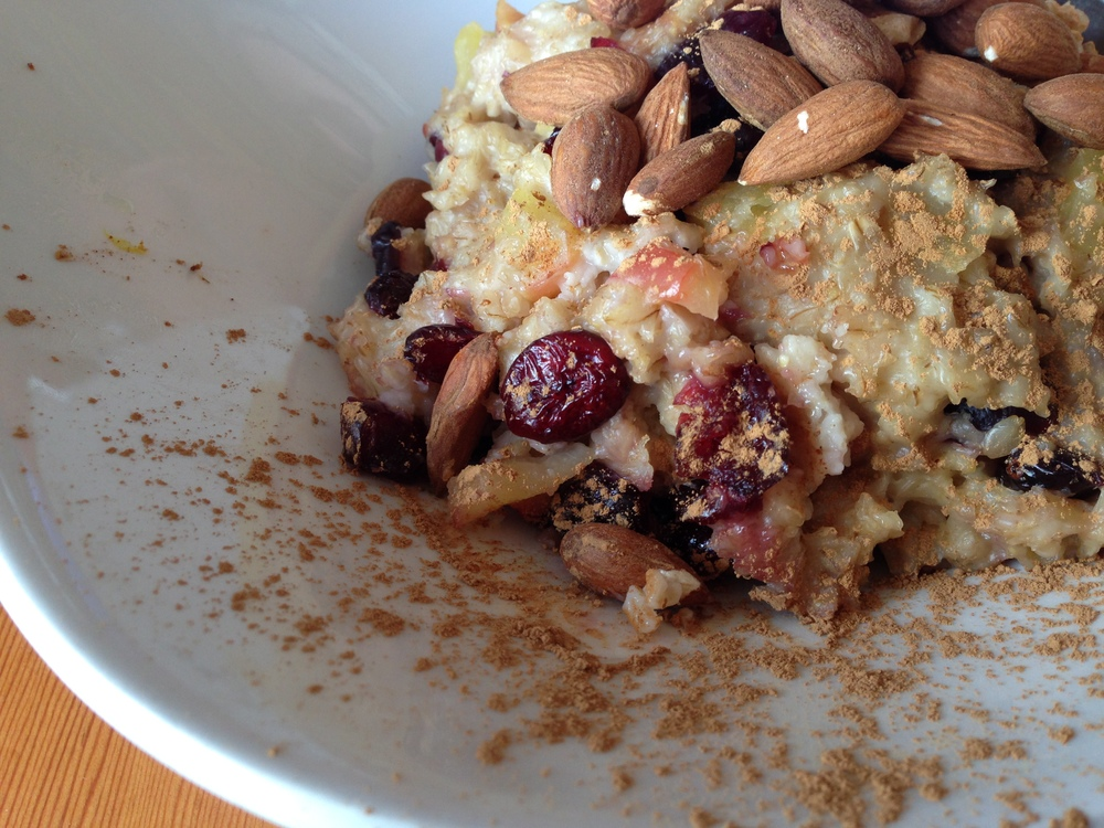 Steel cut oats cooked with apples & cranberries, topped with roasted almonds, cinnamon & steamed almond milk. Definitely a dainty pig approved cafe :)
