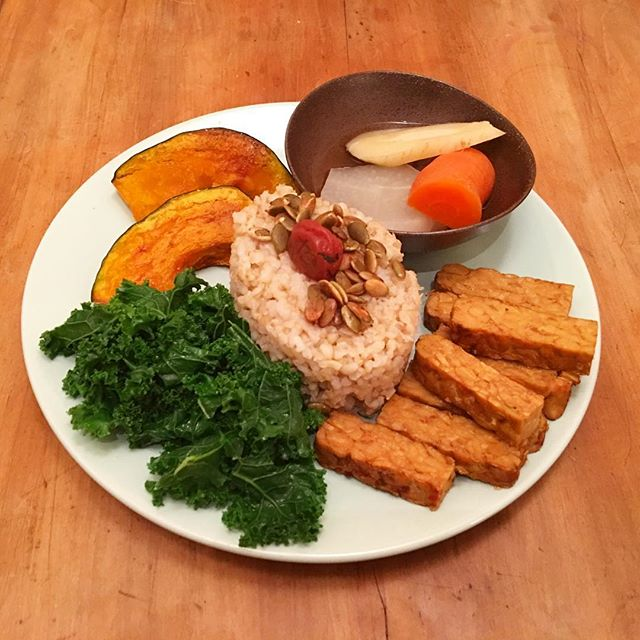 Hard to get a photo in the winter darkness, but made a delicious feast for dinner: steamed kale, roasted kabocha squash, brown rice with umeboshi and homemade tamari pumpkin seeds, tempeh and nishime style daikon, carrots and parsnip 👌🏻 All the veggies = one happy dainty pig!