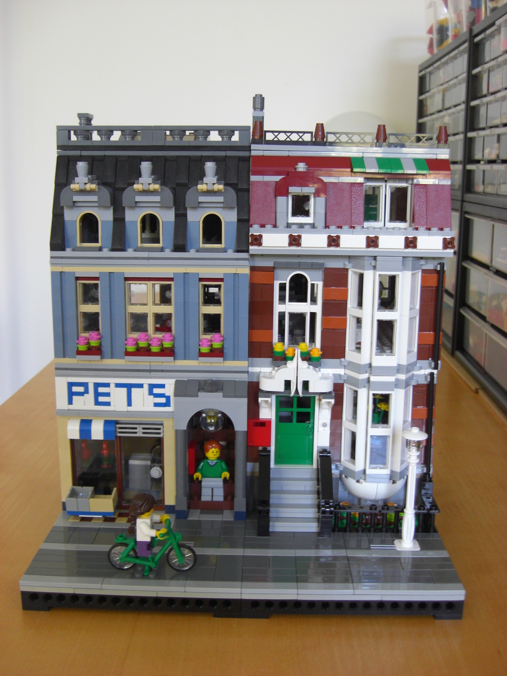 "Offical 10218 ""Pet Shop"" LEGO set"