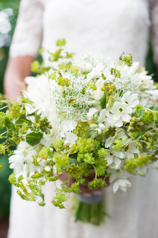 JennaBethPhotography-LGWConservatory-green-white-bouquet.jpg
