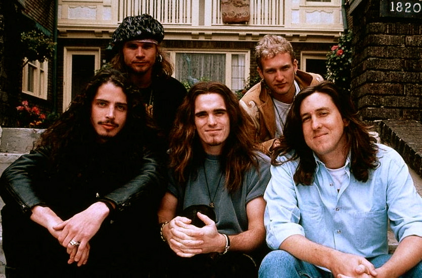 Chris Cornell, Jeff Ament, Matt Dillon, Layne Staley and Cameron Crowe on-set of   Singles (1992)