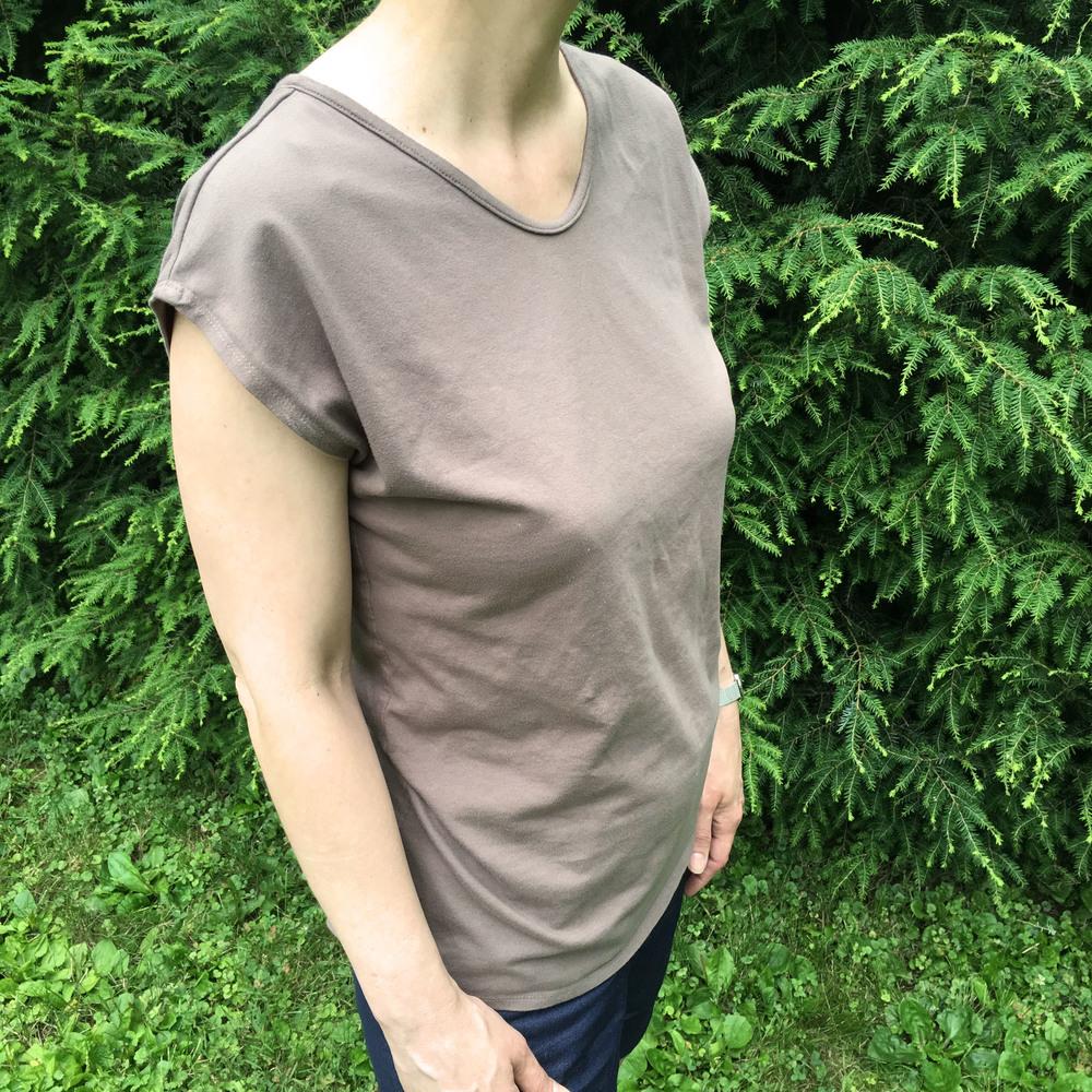 Tee shirt with narrow exposed facing.