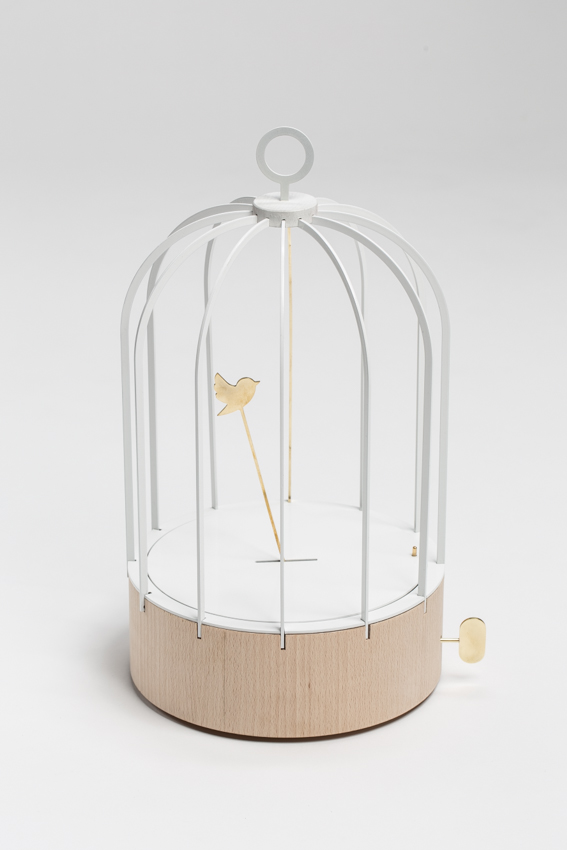 Bird cage Clock, 2013. Aluminium thermolaqué, laiton poli et bouleau massif. Photo : Sandra Pointet.