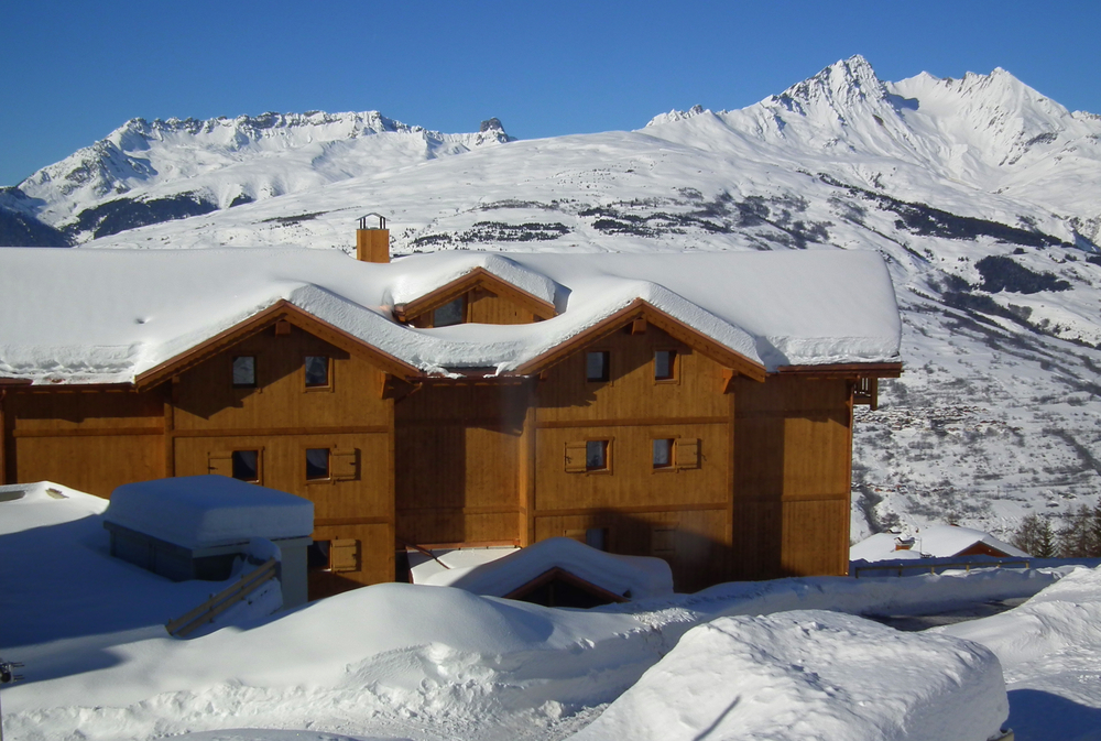 PEISEY NANCROIX - 4* CGH Residence L'Oree des Neiges: This high-end residence, located near the slopes, is made up of two individual chalets, with a total of 23 apartments, with a capacity of 2 to 12 people. the hotel is located next to CGH Residence L'Oree des Cimes whose pool, hot baths, steam room, saunas and exercise room are available to residents.