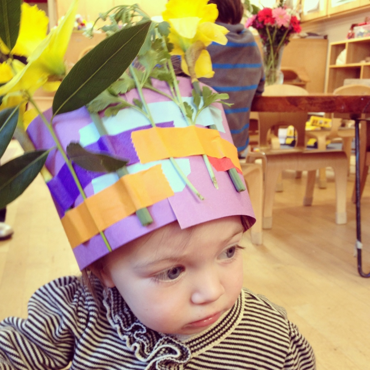 Lalou was invited to her big brother's preschool for a spring party last week. The kids made crowns with construction paper, flowers and colored tape. Make one with a lovely little of your own.