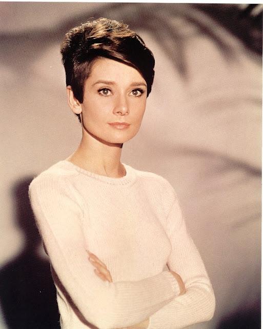 6# Audrey Hepburn. Um dos maiores ícones da moda feminina não poderia ficar de fora. Aquela que é a mais lembrada pelas mulheres de todas as idades. Se Audrey fosse do sexo oposto, seria uma espécie deCary Grant, com menos jóias da Tiffany's.