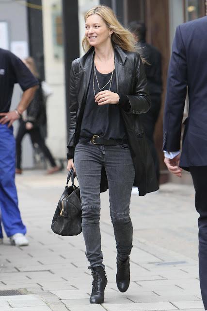 1# Kate Moss. Uma das modelos mais famosas de todos os tempos. Reconhecida e venerada por todos pelo seu talento como modelo, Kate é também um dos grandes nomes da moda por seu próprio estilo: simples e muito charmoso. Se nascida homem, Kate teria um estilo extremamente caprichado e simples, sem nunca perder a fama de estilosa(o).