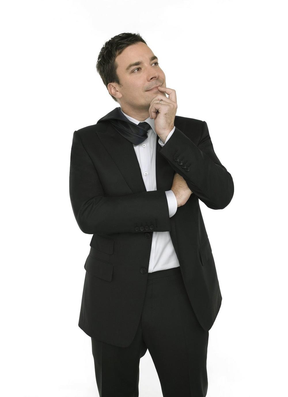 Jimmy Fallon. Um dos mais populares apresentadores americanos, Fallon assumiu o papel de apresentador de talk-show sem entrar naquele lugar comum de ternos e gravatas sem graça, estilo apresentador de telejornal. Com muito estilo a longo dos seus 38 anos, ele seguidamente emplaca combinações certeiras, que não flertam com o extravagante, porém sempre o colocam na galeria dos mais bem vestidos. Um verdadeiro retrato do homem moderno. E que pode servir de exemplo para quem trabalha diariamente vestindo terno.
