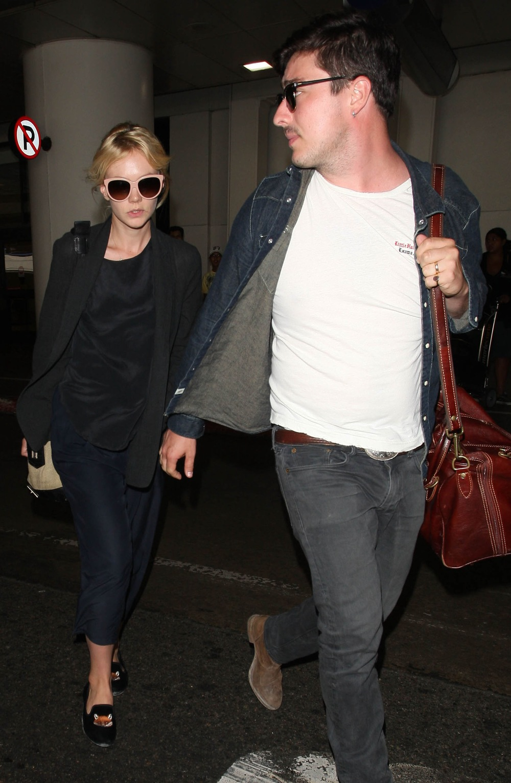 Carey-Mulligan-Arrives-LAX-Husband-Marcus-Mumford-Los-Angeles-CA-08232012-5.jpg