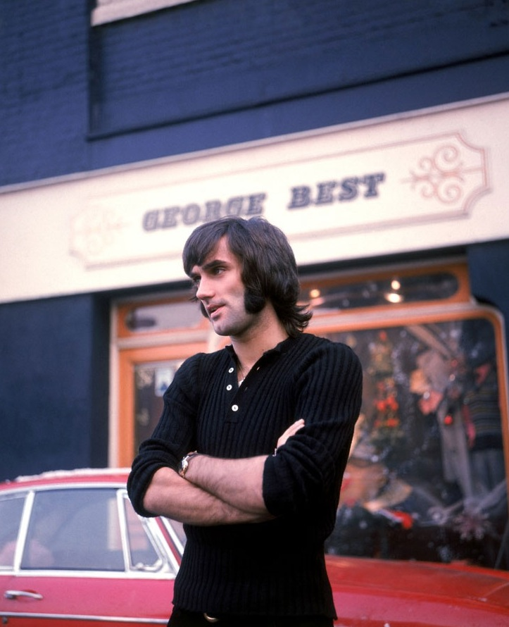 """9# George Best. O norte-irlandês foi um dos grandes nomes do futebol nos anos 60. Pena que viveu na mesma época que Pelé. Porém nada disso o impediu de desfilar sempre com muito estilo e dando o que falar. Foi ele o autor da célebre frase: """"Gastei todo o meu dinheiro com carros, bebidas e mulheres. O resto eu desperdicei""""."""