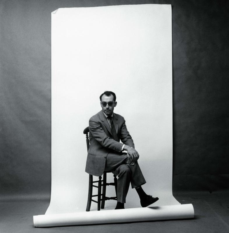 Jean-Luc Godard, um dos principais nomes daNouvelle Vague, completa hoje 82 anos. 82 anos de imensa contribuição para o cinema, criando novas formas de contar histórias, tanto em termos visuais quanto de roteiro. Com seus inseparáveis óculos de armação grossa (na medida certa), Godard é lembrado ainda hoje como um inconfundível francês, que se veste de maneira clássica e extremamente charmosa. Com lindos ternos e combinações 'desarrumadamente' arrumadas, ele pode ser considerado uma versão francesa de caras como Woody Allen, uma vez que o visual clássico e intelectual, por vezes, se mistura com a imagem despreocupada do diretor/roteirista/ator/escritor com muita elegância.