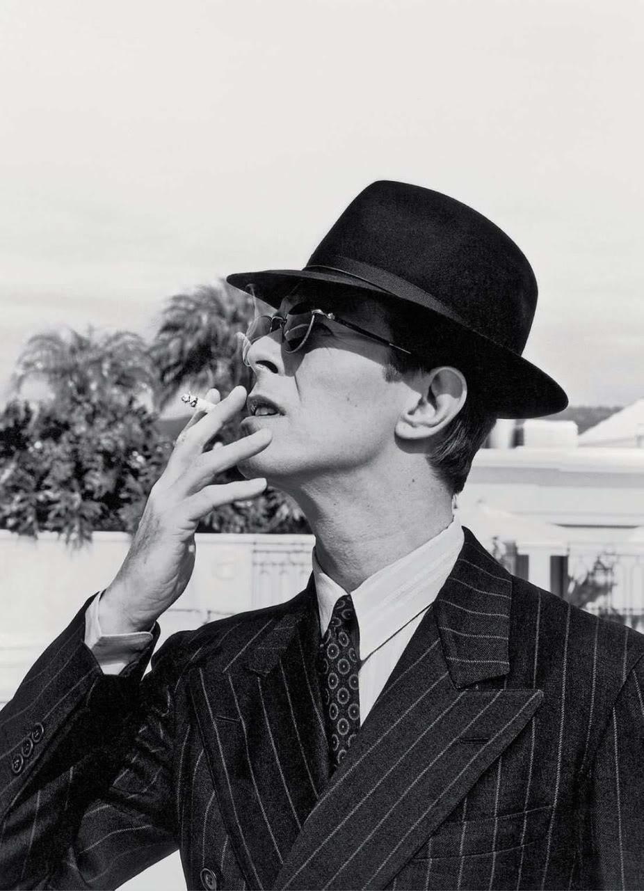 David Bowie. O estilo mais icônico da música. Por mais que ele mudasse de cabelo e fantasia como troca de roupa. David Bowie já foi meio alienígena, meio vampiro e meio drag. Mas sempre esbanjou enorme elegância em cima do palco ou atrás das câmeras. Completando 66 anos hoje, mesma data em que, depois de dez anos, lança sua primeira música inédita , Bowie segue sendo um nome inquestionável de estilo. Mesmo que esse estilo seja tão duvidoso , Bowie é sempre lembrado e reverenciado pela sua contribuição para a moda, quase tão importante quanto a sua contribuição para a música. Vida longa ao Ziggy.