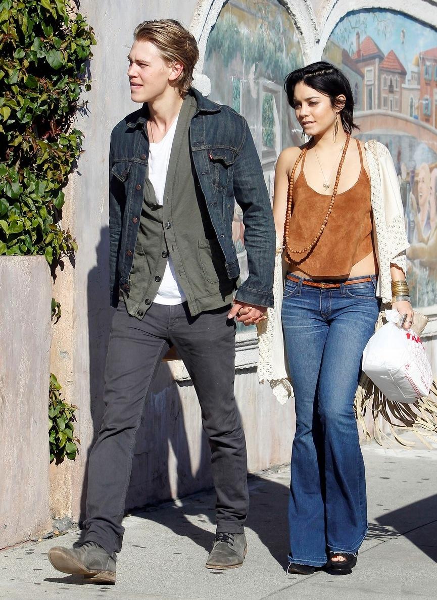 Vanessa-Hudgens-Austin-Butler-Romantic-Stroll-in-Venice-Beach-austin-butler-27147523-976-1222.jpg