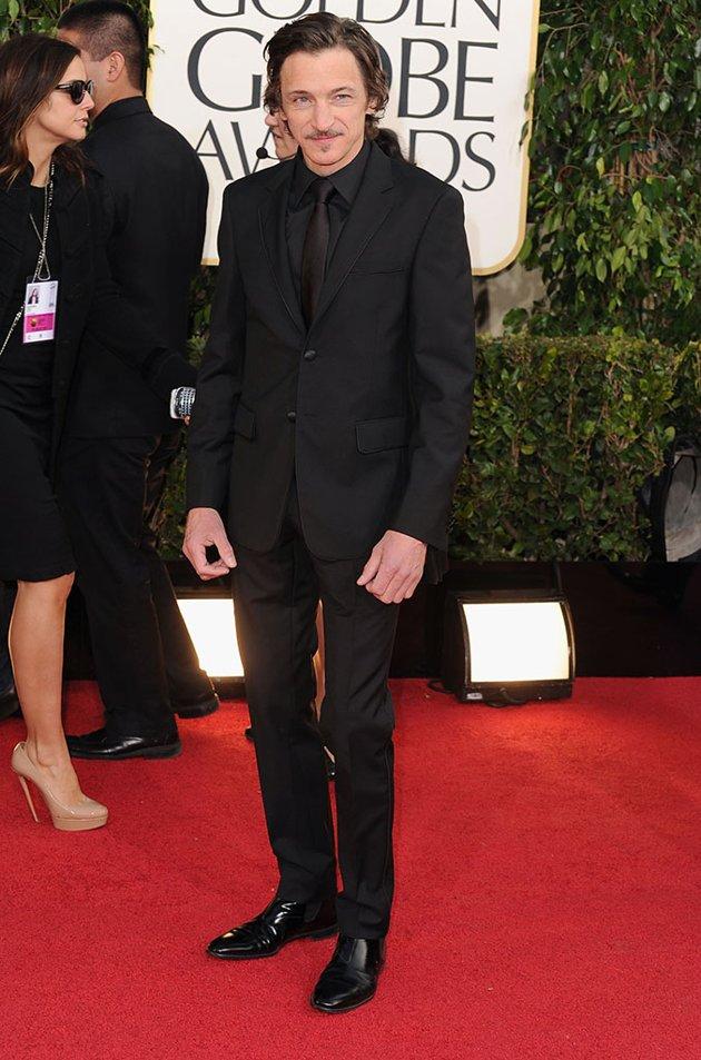 John Hawkes. Ao melhor estilo Sean Penn, John cultivou o bigodinho e a barbicha com muito estilo e sutileza. O terno todo preto, que pode facilmente ficar cafona, ficou muito bem. Texturas e tamanhos na medida certa.