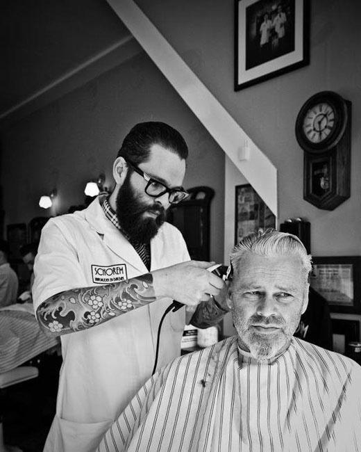 3# Visitas ao barbeiro. Pode ser barbeiro de bairro ou cabeleireiro de celebridades. Não importa. Procure cortar o cabelo regularmente, não precisa ser de mês em mês, mas com alguma frequência. Deixar o cabelo muito tempo sem corte faz com que ele se desgaste mais facilmente e enfraqueça.