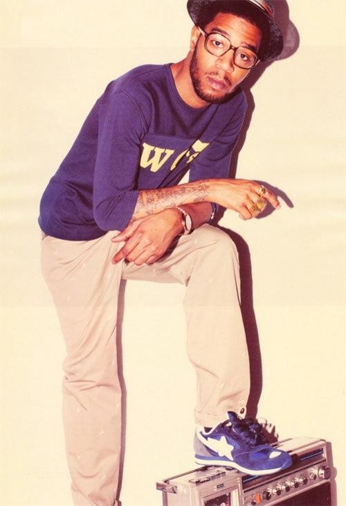 Kid Cudi. Recém completando 29 anos e já dá lições de moda em muito marmanjo por aí. Um dos rappers mais elegantes da nova geração, Kid vai contra o perfil da maioria dos seus colegas. Assim como outro ícone de estilo, Kanye West, Cudi não usa veste 10 números acima do seu, com as cuecas aparecendo, nem anda com correntões pendurados no pescoço. Um fator a ser elogiado, fazendo com que até quem não é fã do estilo musical, seja fã do estilo visual.
