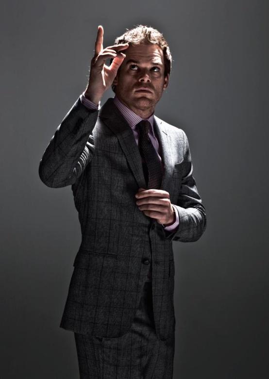 Michael C. Hall. Aquele cara que interpreta o serial killer mais cool dos ultimos anos na série 'Dexter' faz 42 anos hoje. Mais do que um cara bem vestido e um ator talentoso, Michael é tambem um exemplo de vida, tendo superado um Linfoma e voltado a atuar logo em seguida,inclusive ganhando um Globo de Ouro em 2010. Com cabelo e barba avermelhados, Michael sabe muito bem usar isso ao seu favor, destacando-se de forma discreta e charmosa. Parabéns em inúmeros sentidos.