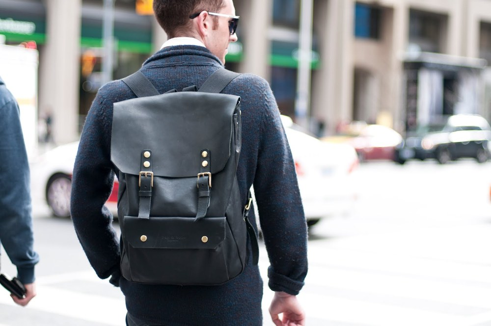 Para viagens de um ou dois dias (famoso bate-volta), uma pequena mochila, ou bolsa - daquelas de usar atravessado, já quebram o galho. Cabe o essencial é bastante prático.