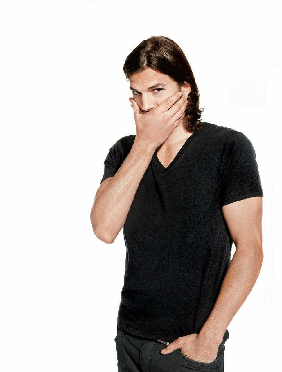 """Ashton Kutcher. Um dos maiores galãs da atualidade e que hoje completa 35 anos, não é lá um grande ícone de estilo. Mas mesmo assim merece o nosso reconhecimento pelo bom gosto que demonstra na maioria das vezes para se vestir. Ele é mais um exemplo de homem que amadureceu junto com o guarda-roupa. Quando Ashon despontou para o mundo ao atuar brilhantemente no seriado """"That 70s Show"""", Ashton era um certo desastre em termos de figurino. Sorte nossa que hoje o cara tem se comportado melhor, entrando até para galerias de mais vem vestidos e estampando campanhas publicitárias de marcas como Colcci e Pepe Jeans."""