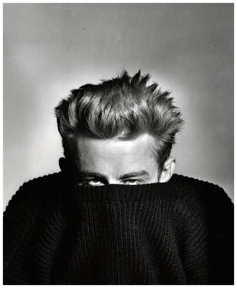 James Dean. Aquele que até hoje inspira todo garoto de topete. Todo homem de jeans e jaqueta de couro. Todo 'Rebelde Sem Causa'. Dean, falecido há mais de 50 anos e com uma carreira de pouco mais de 5, deixou admiradores de todas as idades, gente que nem viveu no mesmo século que ele. Ao lado de Marilyn Monroe, Charlie Chaplin, Elvis e outros poucos, ele conseguiu entrar para a galeria de maiores estrelas do cinema, virando um ícone de estilo e uma figura eterna na cultura moderna. Uma cara que viveu apenas 24 anos e vai durar para sempre.
