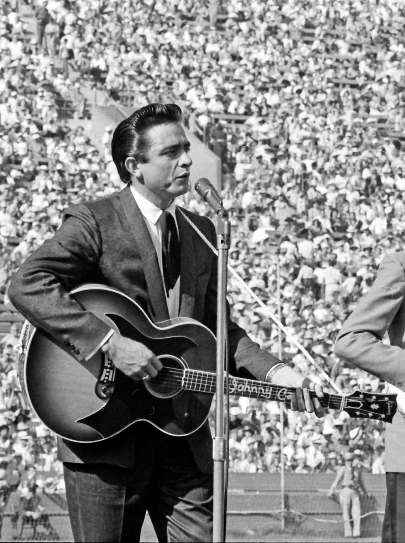 Johnny Cash, junto com alguns poucos como Elvis, Beatles e Bob Dylan, é daqueles caras eternos no mundo da música. Com o seu impecável topete e a tradicional cara de mau, Cash deixou muitos fãs no ano de 2003. Também como Elvis, Jerry Lee Lewis e outros poucos, ele soube ditar uma moda até então desconhecida para a maioria dos jovens. Atitude, rebeldia e irreverência eram algumas das marcas daquele que desfilava um ar rock'n'roll country como ninguém. Quem adere o topete, o colete preto com camisa branca e o terno com bota com certeza se lembra de Johnny Cash. Assim como nós, que admiramos a música e o jeitão desse mestre que hoje completaria 81 anos.
