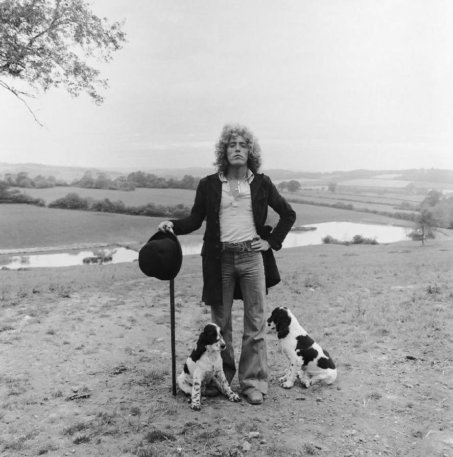 Roger Daltrey. O vocalista de uma das bandas mais importantes da história do rock, o The Who,hoje completa 69 anos. Sabe aquela história de que alguns homens são como vinho? Quanto mais velho, melhor? Pois com Roger é o contrário. Ao envelhecer ele perdeu a essência daquele cara que agitava nos anos 60 e 70 com a cabeleira famosa, calça justa e casacos com franja. Tudo bem, pode parecer um exagero. Mas acontece que naquela época, o Roger era o cara. E hoje é ele tá mais para tio velho, com roupas esquisitas. Nada que apague o legado que o roqueiro deixou para nós.