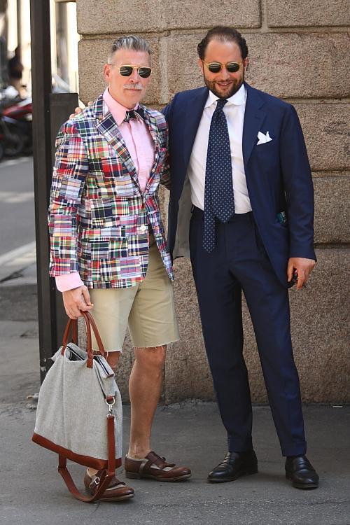 Estampas  em excesso. Estampas são ótimas. E um homem que sabe vesti-las da  maneira certa merece muitos elogios. Mas é sempre bom saber dosar.