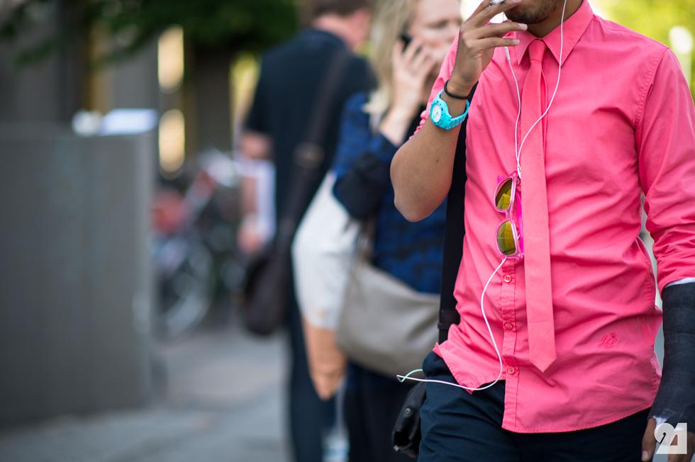 Rosa  em excesso. Homem de rosa pode sim ser estiloso. Mas homem que exagera  nessa cor, ou nos tons muito fortes, perde a credibilidade.