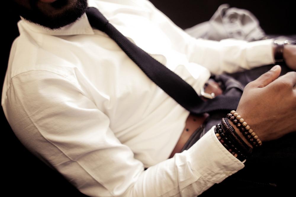 Acessórios. Todo homem que sabe combinar pulseiras e outros tipos de acessórios ganha muitos pontos.