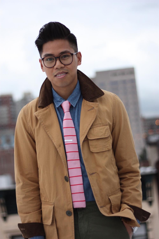 Rosa sem excesso. Poucas coisas são tão valorizadas quanto um homem que sabe vestir rosa com sabedoria. Itens discretos e tons menos chamativos são ótimos caminhos.