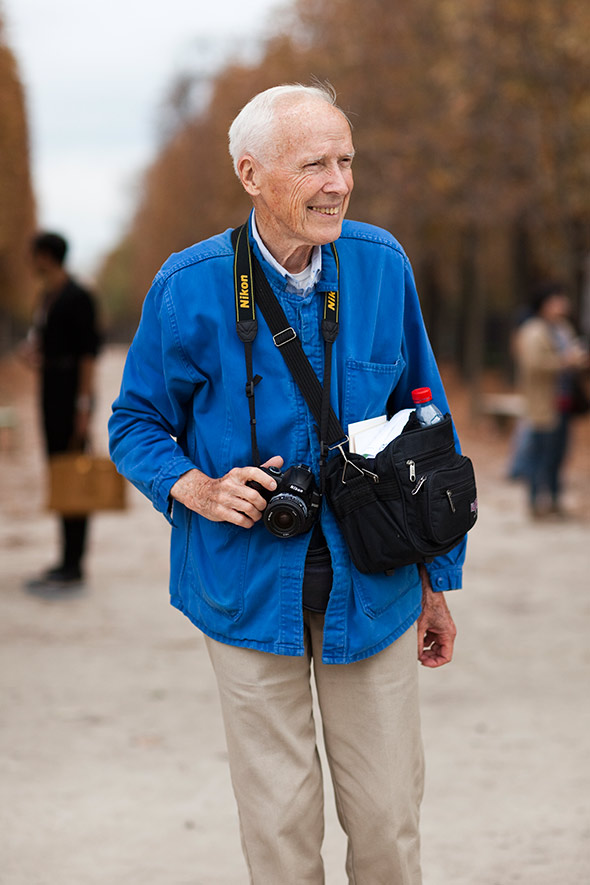 Bill Cunningham. Um dos fotógrafos mais célebres da moda e do famoso street style completou  84 anos ontem. Um dos pioneiros desse tipo de fotografia, influenciando  nomes como Scott Schuman (do Sartorialist) e Tommy Ton (do Jak and  Jil). Fotógrafo do New York Times, Bill pode ser visto diariamente nas  ruas de Nova Iorque, fotografando pessoas bem vestidas que passam pela  rua. Além de ser presença garantida nos principais eventos ao redor do  mundo. Um senhor que foi pioneiro da fotografia de moda moderna, que  retrata pessoas de verdade, longe dos estúdios e das modelos.
