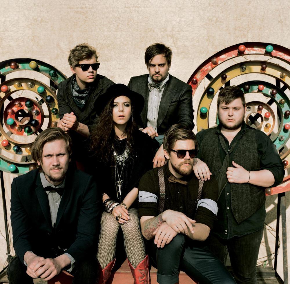 Of  Monsters and Men. Bandinha islandêsa formada em 2010. Seu gênero  músical pode ser classificado como uma bela mistura entre indie, folk e  rock. O figurino dos caras é outra mistureba, mas que se revela bastante  elegante e inteligente, com referências da cultura rock, country e  indie.