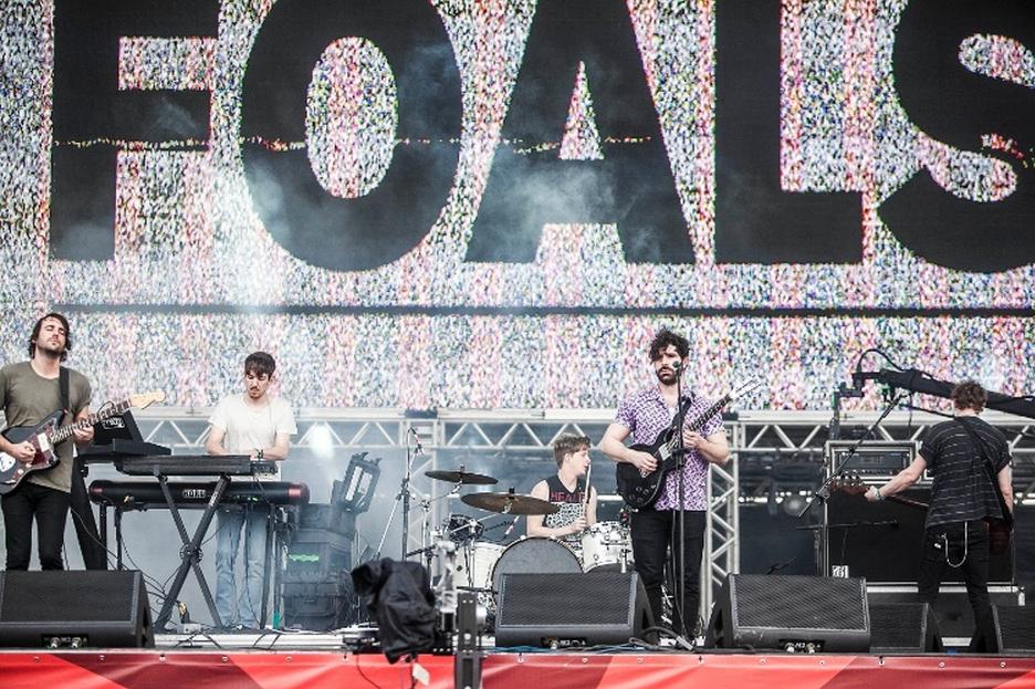 Foals. Com uma apresentação bastante animada e acompanhada de perto por fãs fanáticos, a banda mostrou porque tem feito tanto sucesso com o que toca e o que veste.