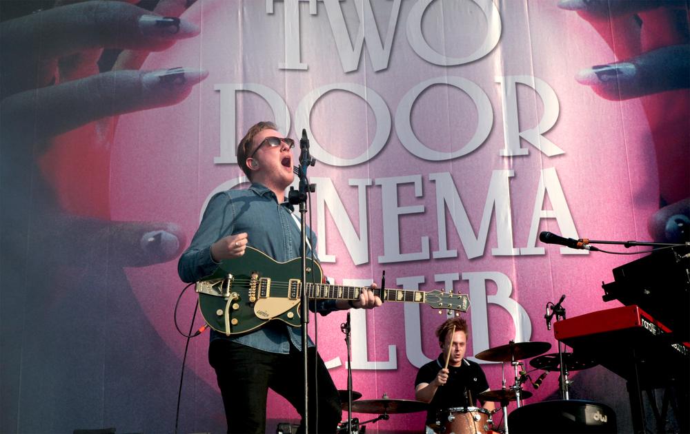 Two Door Cinema Club. Ajudados por um raro momento de sol e boa luz, o Two Door botou muita gente para dançar com seus famosos hits, chamando a atenção também para as boas escolhas no figurino.