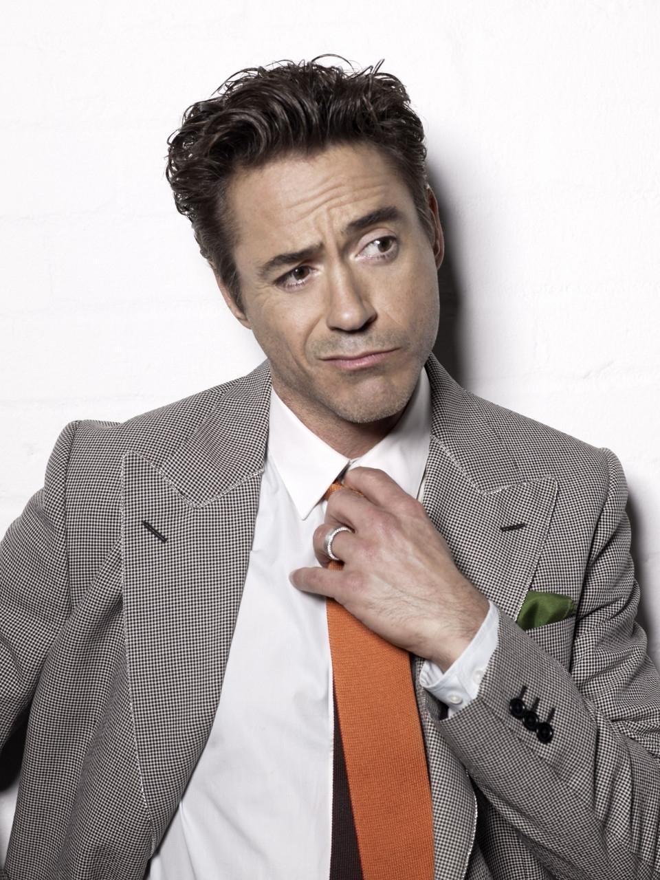 Robert Downey Jr. Ele já foi uma das maiores promessas do cinema internacional, interpretou Charlie Chaplin com maestria, passou anos entrando e saindo de cadeias e clínicas de reabilitação e hoje é um dos atores mais talentosos, adorados e mais bem pagos do ramo. Tudo isso ao longo de 48 anos dedicados à boas risadas, algumas lágrimas e ótimos trajes. Tudo bem que de vez em quando ele escorrega e inventa de vestir ternos compridos de mais, ou de combinar blazer cinza, gravata vermelha e óculos azul. Mas o certo é que acertando ou não no figurino, sabemos que Robert Downey Jr. é sempre uma ótima referência.