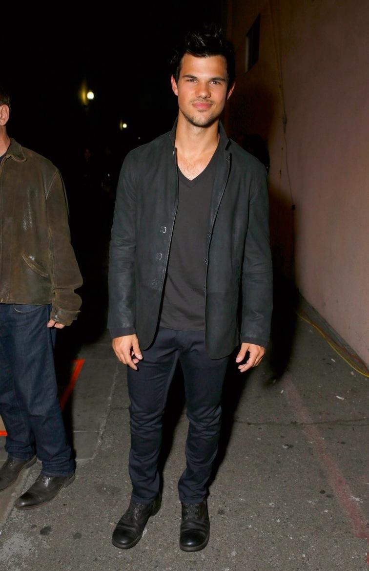 Taylor Lautner. Fã das roupas escuras e desbotadas, além de ser um adepto das botas e coturnos, Lautner acertou ao investir num figurino escuro, mas leve. A camiseta básica com blazer é sempre uma ótima opção para eventos desse tipo.