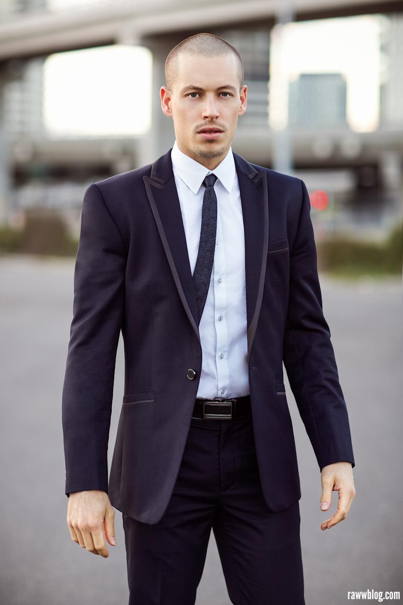 Na  hora de escolher o terno, aconselha-se optar por modelos mais modernos,  de um ou dois botões e lapelas alongadas. A gravata estreita também  ajuda bastante.