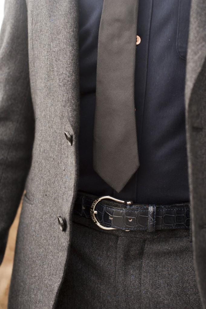 A  dica de evitar o contraste também vale para o cinto. Optar por modelos  de cor semelhante ao resto da roupa ajuda a 'quebrar' menos o visual e  consequentemente dar a mesma ideia de continuidade.