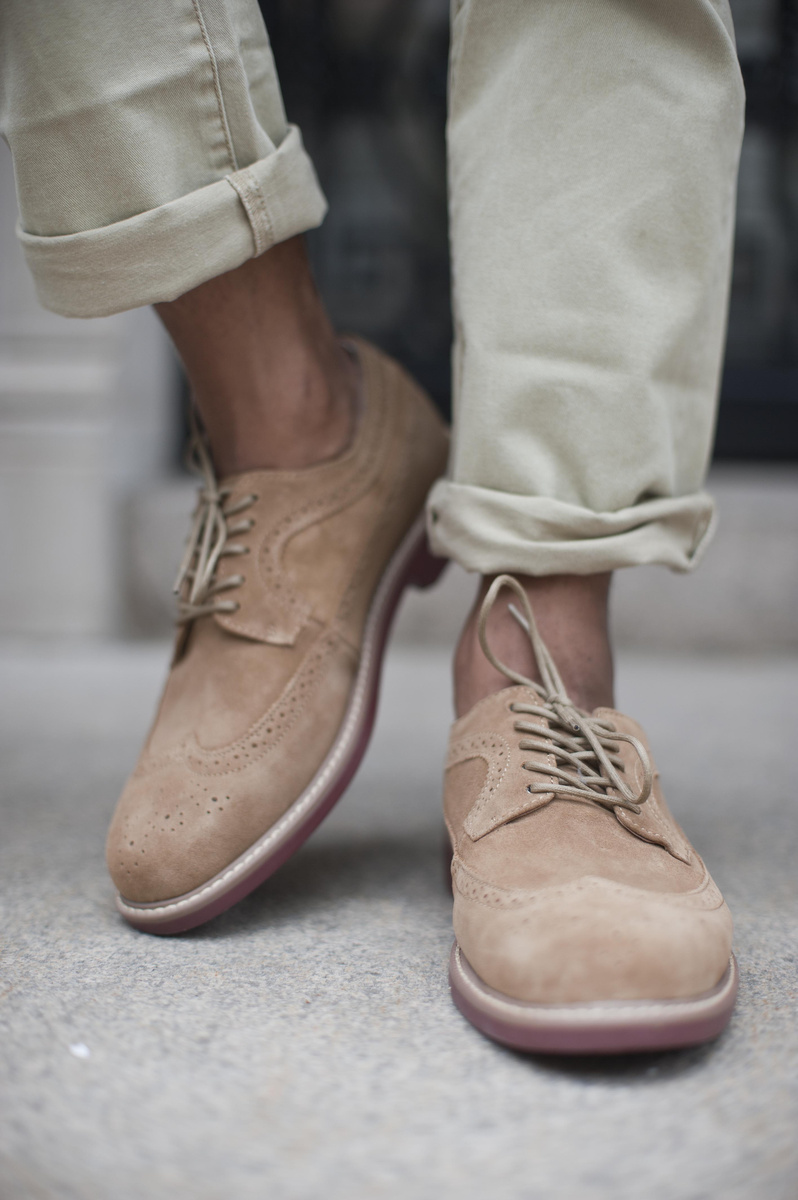 Atenção  também para as barras da calça. Aquele excesso de tecido que se forma  quando a calça é muito comprida achata muito a pessoa. Por isso é sempre  bom mantê-las certinhas, nem sobrando, nem muito acima do tornozelo.