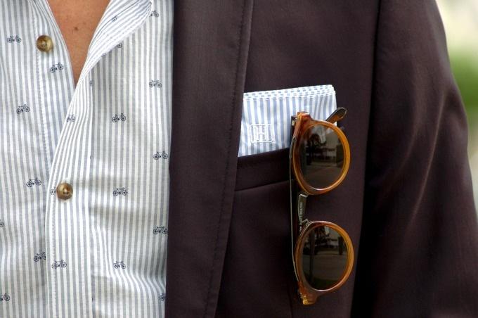 As  listras verticais, seja em ternos, camisas ou qualquer outro item, são  uma das mais conhecidas manobras na hora de driblar a falta de altura.  Elas dão a ideia de que o rapaz é mais longilíneo, além de serem  bastante charmosas.