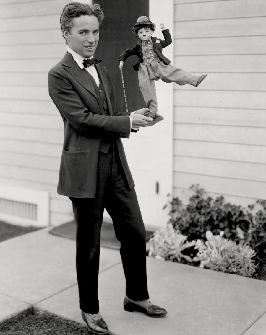 Charlie Chaplin. Sim, senhoras e senhores. O mestre Charles Spencer Chaplin aniversaria no dia 16 de abril. Se estivesse vivo (morreu em 1977) ele completaria 124 anos hoje. Muito, é verdade, mas é apenas uma amostra de como esse cara era genial. Na frente e atrás das câmeras. Isso porque Chaplin, além de atuar, dirigir e escrever, também financiava seus filmes e criava o figurino. Um gênio que deixou um legado que vai durar muito mais do que cem anos. Afinal, quando é que terno, bengala, bigode e chapéu vão deixar de estar na moda?
