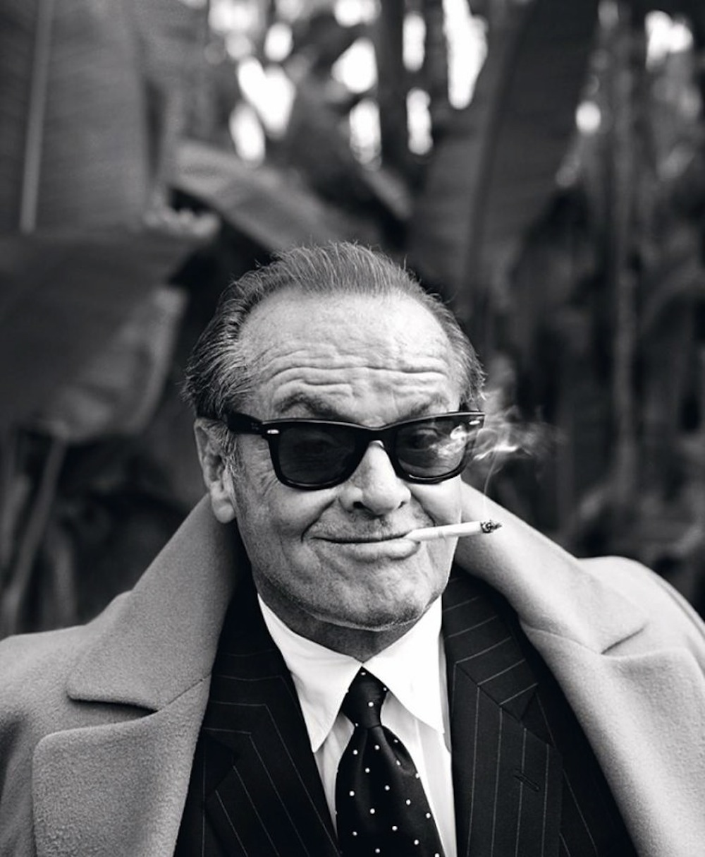 Jack Nicholson, um dos maiores atores de todos os tempos, completa 76 anoshoje.Vencedor de três Oscar (dois de melhor ator e um de melhor ator coadjuvante), Jack também é um dos mais premiados. Dono de uma das imagens mais icônicas da cultura moderna, Jack Nicholson dispensa maiores apresentações. Responsável por personagens comoGeorge Hanson, de 'Easy Rider',J.J. 'Jake' Gittes de 'Chinatown',Randle McMurphy de 'Um Estranho no Ninho', Jack Torrance de 'O Iluminado', Coringa de 'Batman' eFrank Costello de 'Os Infiltrados', podemos encontrar um pouco de cada um desses papéis no estilo de Jack e um pouco de Jack em cada um desses papéis. Não há quem não admire aquele cara espalhafatoso, sempre de óculos escuros, charuto e voz rouca. Não há quem não admire um cara de 70 e poucos anos que já atingiu o status de lenda.