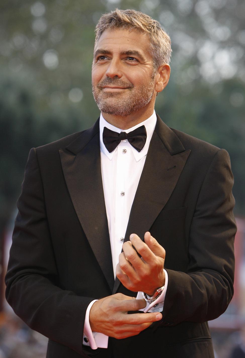 Alguém conhece o cara aí da foto? Ele é um simples ator / diretor / roteirista / produtor / modelo / ativista que completa 52 anos hoje. George Clooney pode não ser o cara mais estiloso do mundo, mas com certeza é um dos mais charmosos. E muito desse charme vem das suas escolhas na hora de se vestir, optando por conjuntos simples e nunca exagerando na dose. É comum vermos ele aparecer vestindo camisas lisas, calças básicas e sapatos discretos. E isso significa falta de elegância? Como já falamos aqui, estilo não precisa vir acompanhado de excesso. Pelo contrário, na maioria das vezes, é inimigo dele. É algo que vem da pessoa e do seu bom gosto na hora de escolher a roupa. E com o cara aí de cima é assim: nada de exageros para estar sempre muito bem vestido.